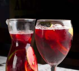 A sangria clássica da bartender Larisse Fonseca, do Veríssimo Bar, conta com vinho tinto cabernet, suco de laranja, brandy, rodelas de laranja, rodelas de limão, morangos, gengibre e açúcar Foto: Divulgação