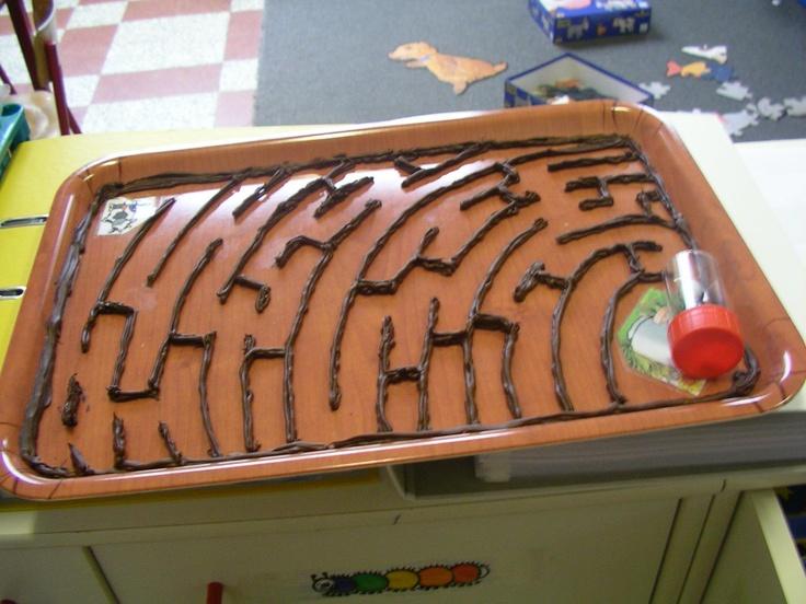 Kriebeldiertjes: doolhof: foto vb. slak naar het blaadje. Gemaakt met siliconen. Klts moeten het bord vastnemen en er zo mee gaan wiebelen. Ze mogen de knikker niet aanraken met hun handen (4-5j)