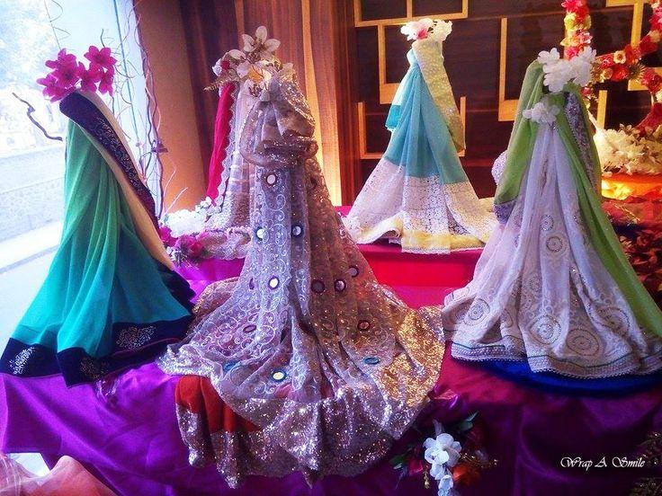 Trousseau Table Decor At Wrap A Smile <3  #trousseau #roka #engagement #packing #saree #draping #tabledecor #bright #lavish #fancy #elegant #bridetobe #groomtobe #colorful #lehengas #pink #orange #flowers #weddings #indianweddings #shaadi #dulhan #dulha #trousseaupacking