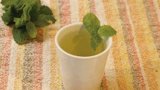 Chá de casca de abacaxi com hortela