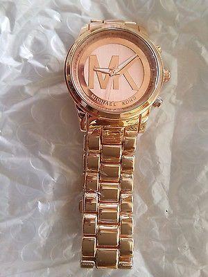 Reloj mujer mk color oro rosado marcado con letrras michael kors