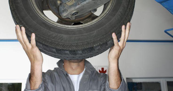 Instrucciones para instalar los amortiguadores de un Honda Civic. Cada rueda en el Honda Civic tiene un ensamble de amortiguadores. Éste consta de dos partes: el amortiguador de impacto y el de resorte. Estos reducen el impacto de los golpes en la carretera, mientras que los resortes controlan la posición del vehículo. Los últimos son responsables de controlar la altura del vehículo, así como la posición de la ...