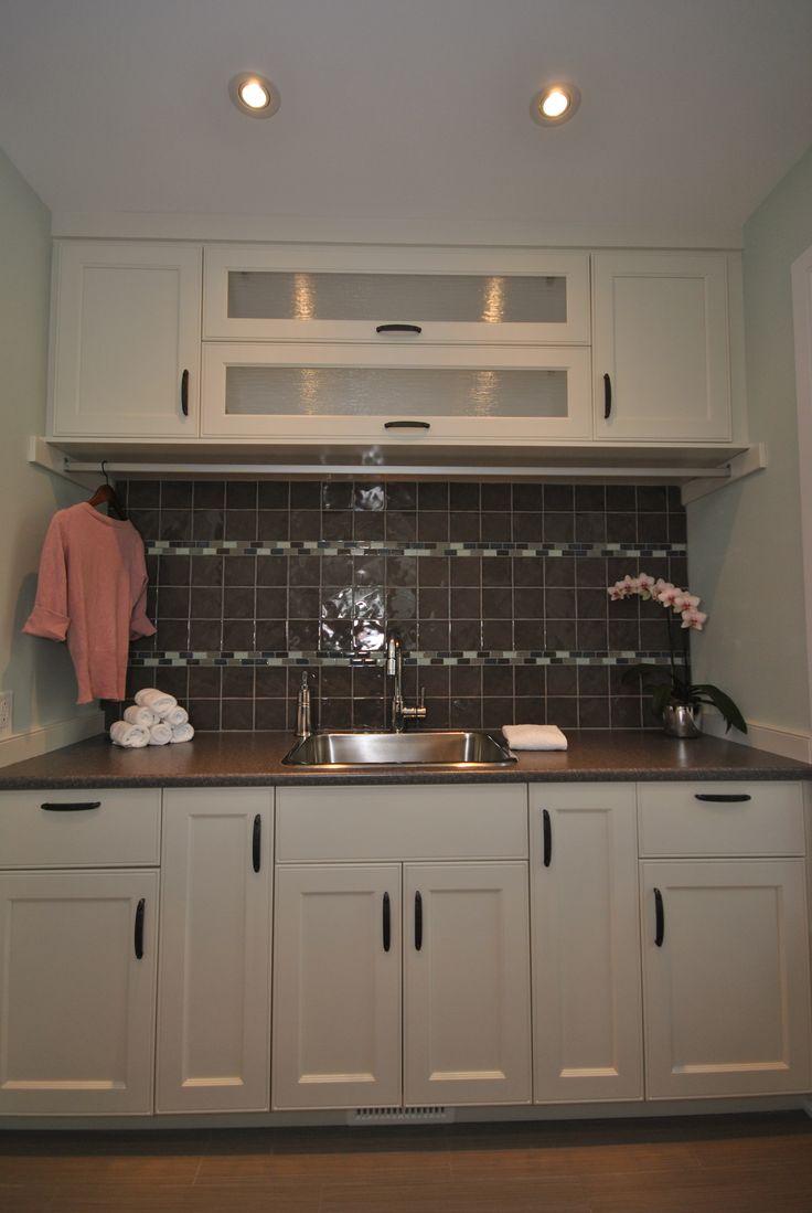 Salle de lavage en merisier blanc avec beaucoup de rangement