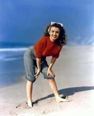 a brunette Marilyn Monroe in 1945 by André de Dienes by Eva0707