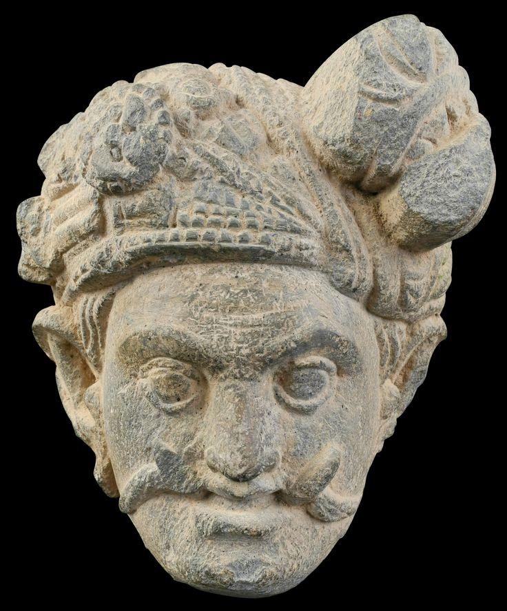 Imagen de Mara, según en la religión Budista es el demonio que intento tentar a Buda Siddharta Gautama. Fragmento de Alivio de Mara al estilo de Gandhara, que se encuentra en el Distrito de Swat, Talibán. De Under the Bo - Trabajo propio, CC BY-SA 3.0, https://commons.wikimedia.org/w/index.php?curid=33055558
