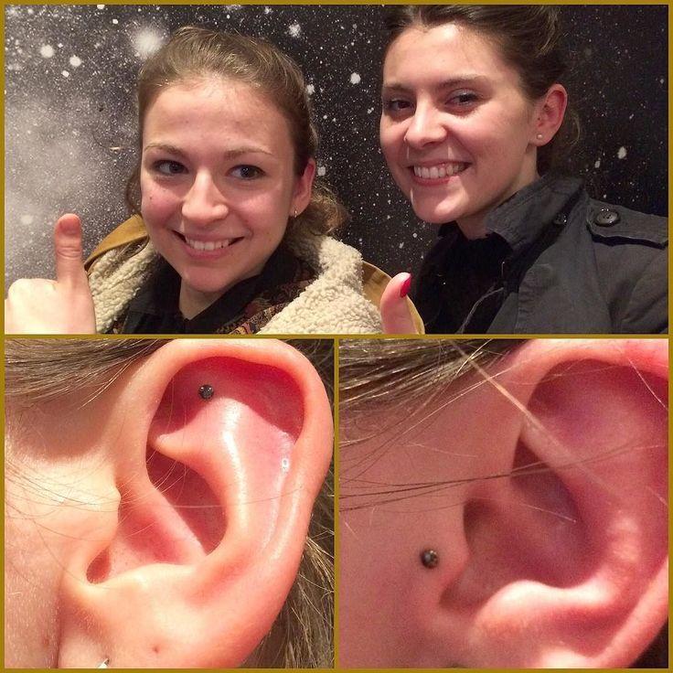 Le piercing pour relier. Ici un helix et un tragus ornés d'un plat @neometaljewelry par @eugeniadelphine disponible ces deux prochains jours pour vos projets piercings divers et variés !  #mubodyarts #mustardcity #dijonpiercing #piercingdijon #highquality #piercing #dijon #bodyjewelry #bijoux #titane #astmf136 #implantgrade #titanium #neometal #neocult #anodizingisawesome #safepiercing #tragus #helix #traguspiercing #helixpiercing #modifiedunicorns #dijonville #comegetshiny