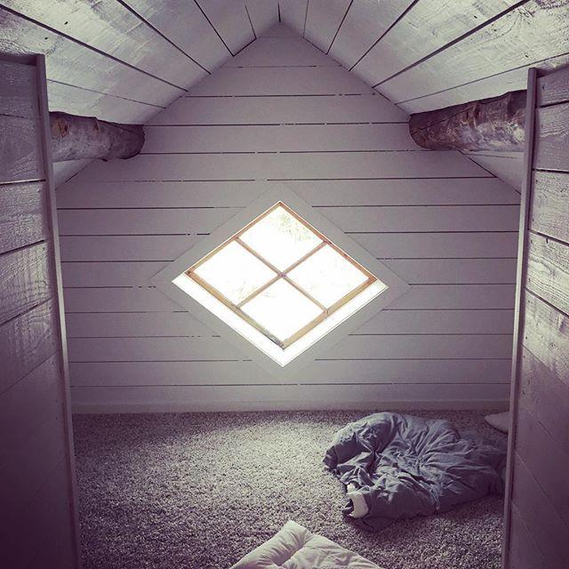 """Invigning av """"myskojan"""" ovanför balkongen idag. För ett tag sedan var det här ett oisolerat, mögligt, halvruttet och kallt rum fullt av flugbon. Nu har farfar Svante styrt upp lite kan man säga! #voxbo #vind #vindsvåning #koja #barnrum #barnrumsinspo #snedtak #gamlahus #byggnadsvård #1920 #nukörvi"""