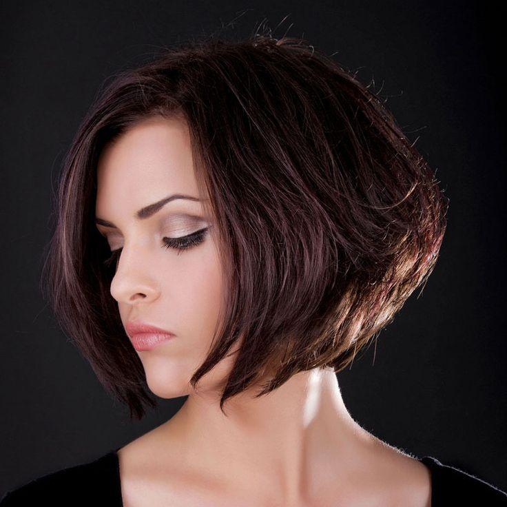 Kinnlange Frisur: A-Line Bob mit angestuftem, kurzem Hinterkopf - die feinen Stufen hinten pushen die dunklen Haare förmlich ...