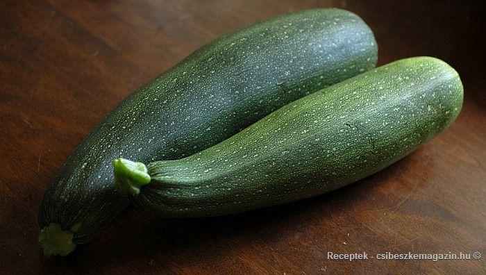 A cukkini télire eltéve hozzávalói, az elkészítés menete és a savanyúság fotója. A cukkini pofon egyszerű tartósításának leírása a magazinban!