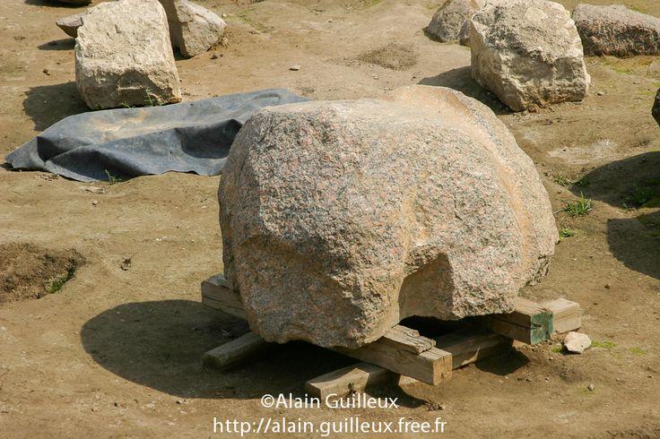 Souk al Khamis, vestiges du temple de Ramsès II : restes d'une tête d'un colosse en granit rouge. Probablement un remploi du Moyen Empire de l'époque de Sésostris Ier, XIIe dynastie. Source : http://alain.guilleux.free.fr/galerie-heliopolis-souk-al-khamis/heliopolis-souk-al-khamis.php