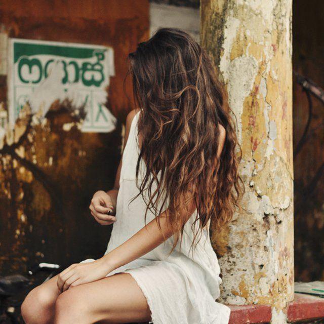 Cheveux Longs Ondulés Tunique Blanche
