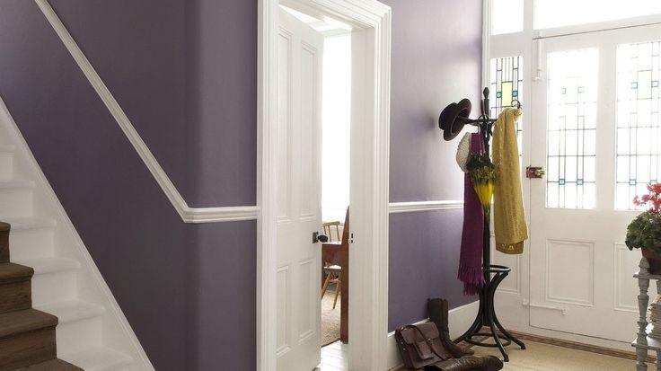 Le violet aux murs, on l'aime pour la vitalité qu'il apporte dans la pièce où on l'ose. Dans une entrée par exemple, c'est une couleur formidable pour créer un cocon d'intimité et de sophistication. On le choisit plutôt dans des tons foncés qui donnent un effet des plus réussis avec des finitions blanches. dulux valentine COULEURS Myrtille et Gris D'orage