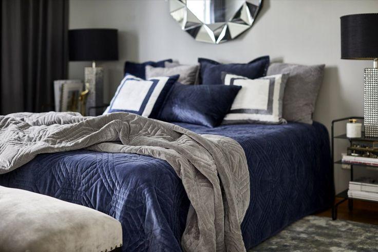 Ett vackert överkast som passar till dubbelsäng, materialet ger en varm och lyxig känsla till sovrummet. Finns i fyra olika färger. Färg: Blå Material: Sammet (bomull) Mått: 260x260 cm. Classic Collections överkast är certifierade med SA8000 och det är en certifieringsstandard som utvecklar, underhåller och tillämpar socialt acceptabla metoder på arbetsplatsen.
