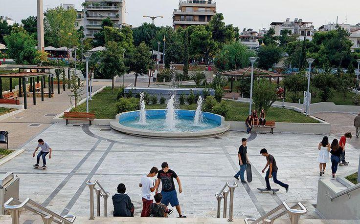 Εξάσκηση στο σκέιτ από νεαρούς Νεοσμυρνιώτες στο νέο κάθετο τμήμα της πλατείας.