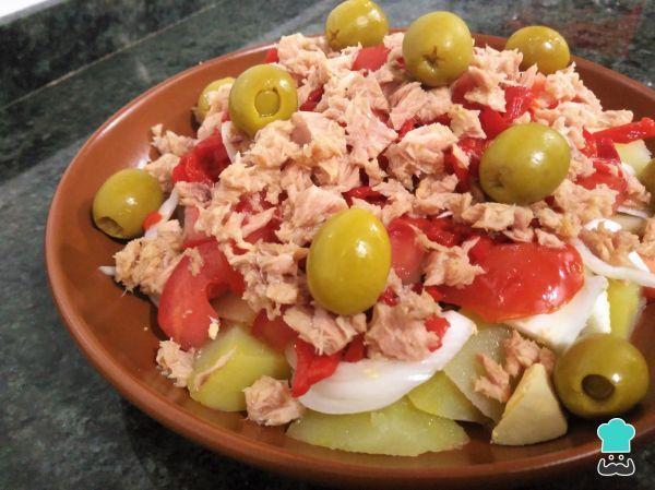 Aprende a preparar ensalada de patata, atún y huevo con esta rica y fácil receta. No hay nada mejor para las altas temperaturas que comer algo sano y ligero como est...