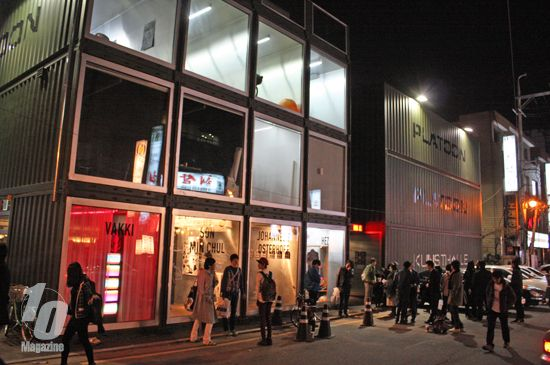 Once a month, a night flea market (&subcultural party) pops up at #Platoon-Kunsthalle in Seoul.