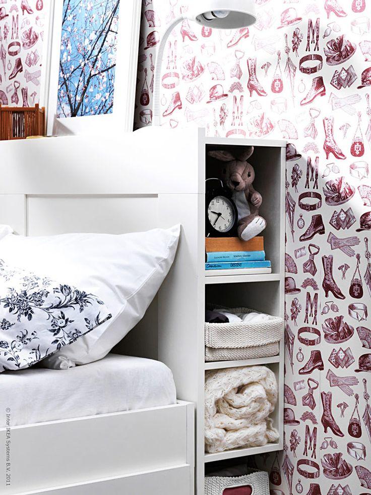 Vi är många som har sängen som extra kontor, tv-soffa och matplats. Men var ska man ha tandställningen? Nattmackan? Smyckena och fjärrkontrollen? Och vad gör man med högen av tidningar och böcker som skräpar nedanför sängen?