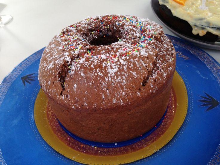Un gâteau aérien haut en forme, parfumé au chocolat.