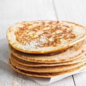 Смешать отруби, творог и яйцо (или только его белок). Разогреть сковороду с антипригарным покрытием и вылить на нее все тесто или его половину — смотря какого размера блинчики вам нравятся. Жарить по полторы минуты с каждой стороны до золотистости. Подавать на завтрак, на закуску или как гарнир к любому горячему.