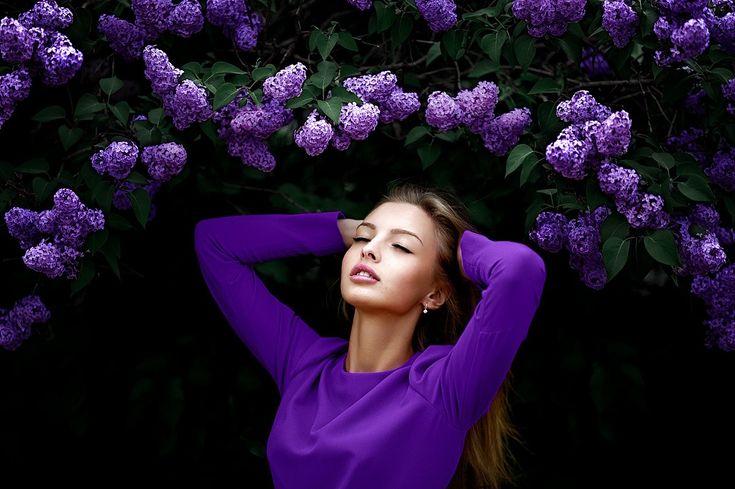 las mujeres, el pelo largo, ojos cerrados, flores de color púrpura, lila, las manos en la cabeza