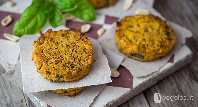 I burger vegani di carote e arachidi sono un piatto unico con un sapore ricco e speciale. Le arachidi infatti gli donano un gusto che non farete fatica ad apprezzare. Ecco la ricetta. Ingredienti per 4 persone 1 cipolla 5 carote 150 g di arachidi senza sale farina di ceci q.b. sale e pepe olio …