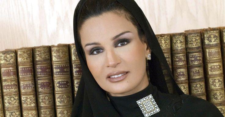 """Sheikha Mayassa Al Thani, 14ª mulher do sheik Hamad bin Khalifa Al-Thani, atual emir do Catar, é conhecida como """"a mulher mais poderosa das artes do mundo"""". Trabalhou com a ONU e defendeu causas humanitárias, como para ajudar vítimas de desastres naturais na Ásia, providenciando educação de qualidade"""