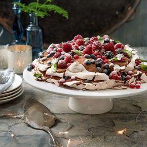 In drie stappen maak je deze luchtige pavlova met chocolademousse en bosvruchten. #kerst #pavlova #JumboSupermarkten