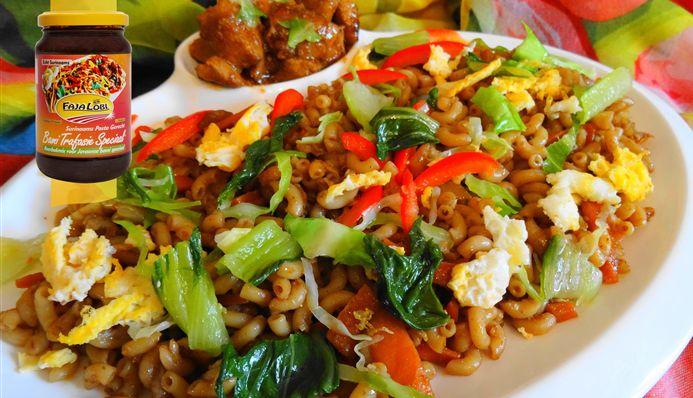 Surinaams eten – Caribean Macaroni Speciaal (macaroni met gestoofde kip, paksoi en roerbakei)