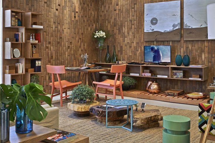 O conceito de sustentabilidade também está presente através do revestimento de cerâmica produzida artesanalmente aplicada à parede. Para agregar personalidade, a profissional fez da sala de estar e descanso uma galeria, com várias obras assinadas por Norma Vieira.