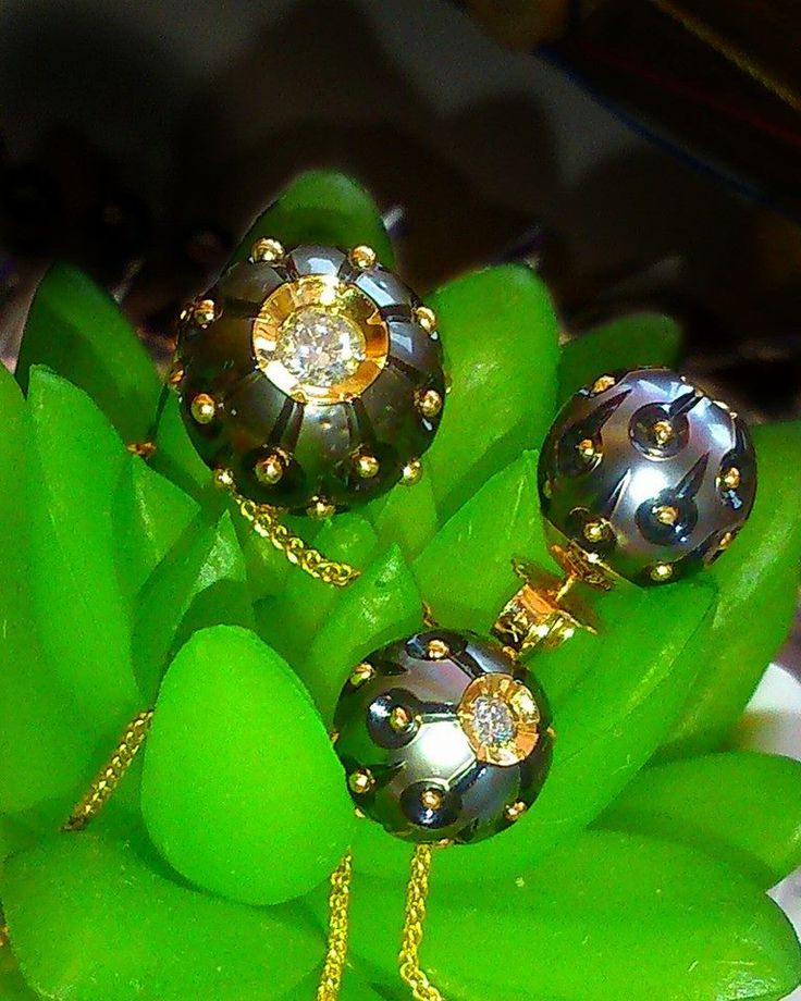 Подвеска и серьги выполненный из цельной океанической жемчужины, которая украшена золотыми шариками и бриллиантом в 0.2 карата. Цена: подвеска 154 300 руб, серьги 95 800 руб 