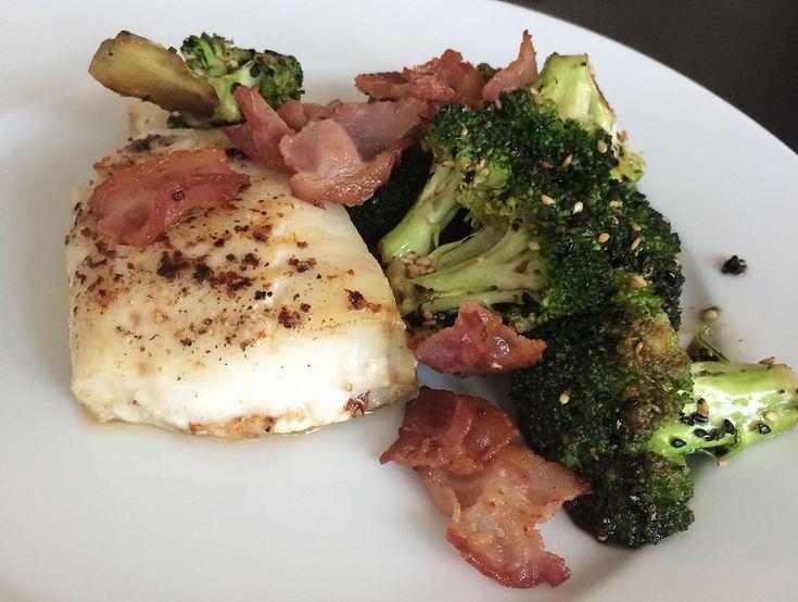 Torskrygg med bacon och broccoli Torskrygg Bacon Broccoli Vitlök Smör Sesamfrön Tamari Salt och peppar Gör såhär: Sätt ugnen på 200°C. Lägg torsken i en form, hyvla över lite smör,…