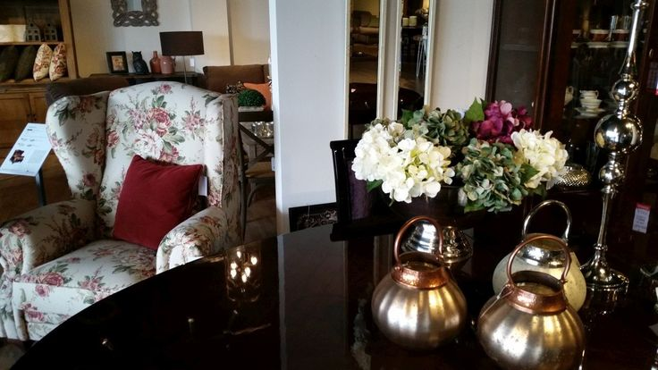 Fotel tapicerowany ze wzorem kwiatowym. Prezentuje się doskonale będąc częścią zestawu wypoczynkowego, jak i oddzielnie stanowiąc wraz ze stolikiem kawowym uroczy kącik.