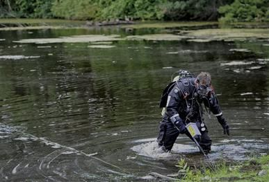 Police back at lake in Hernandez's Bristol hometown - Police divers have returned for a second day of searching in a lake in the Connecticut hometown of Aaron Hernandez, the former New England Patriots player who is charged with murder. Read more: http://www.norwichbulletin.com/carousel/x624135460/Police-back-at-lake-in-Hernandezs-Bristol-hometown #Ctnews #Bristol #Connecticut #AaronHernandez #lake #murder #police