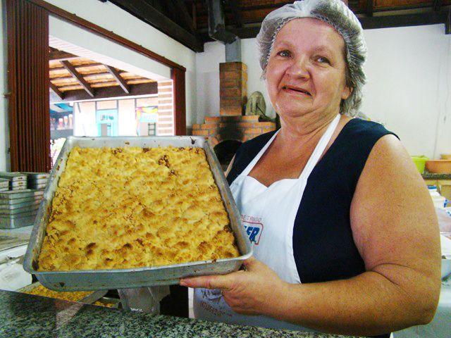 """A cuca é um bolo que tem origem na palavra alemã """"kuchen"""" (bolo) - essa receita de massa básica para cucas vem da tradicional Festa Pomerana."""