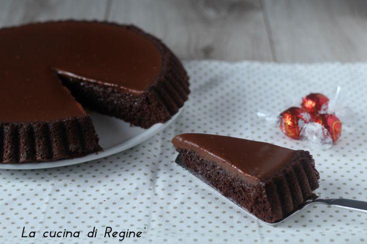 Crostata morbida con glassa al cioccolato il trionfo del cioccolato, gusto e sapore unico rendono questa torta speciale adatta a qualsiasi occasione