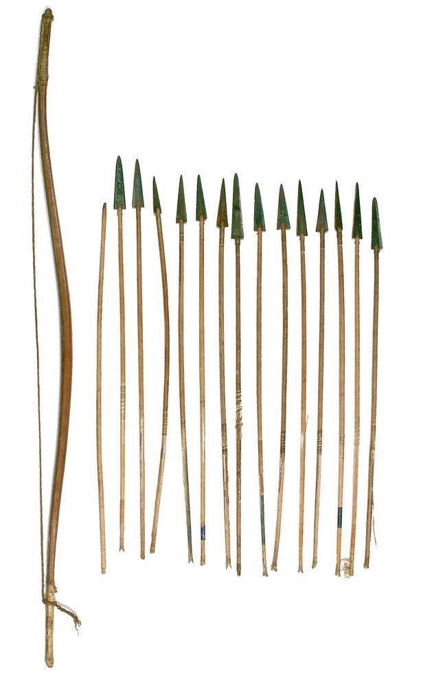 Лук и стрелы, Оглала Сиу. Длина лука 42 1/2 дюйма, длина стрел25 1/2 дюймов. Период 1880. Thomaston Auction.