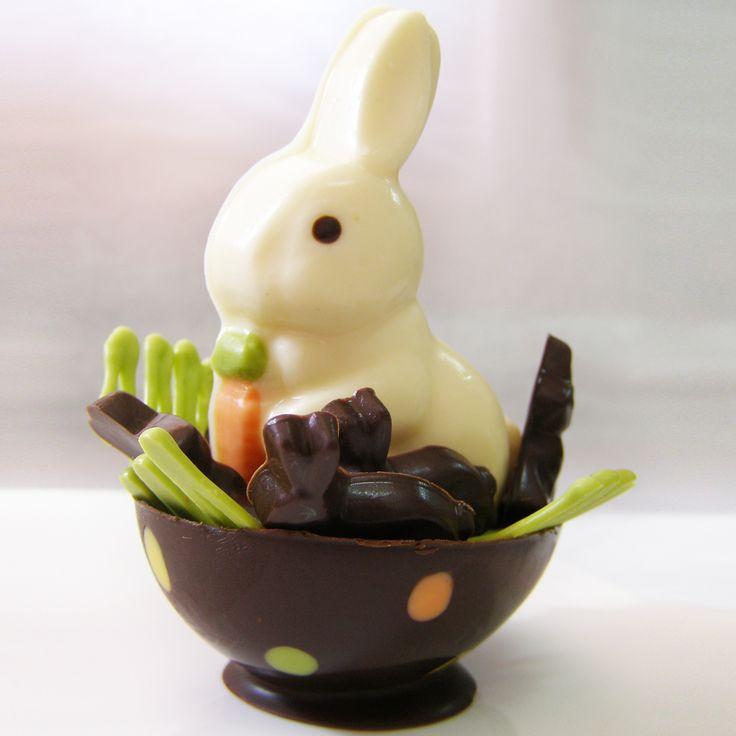 Canastita de Pascua con conejito blanco