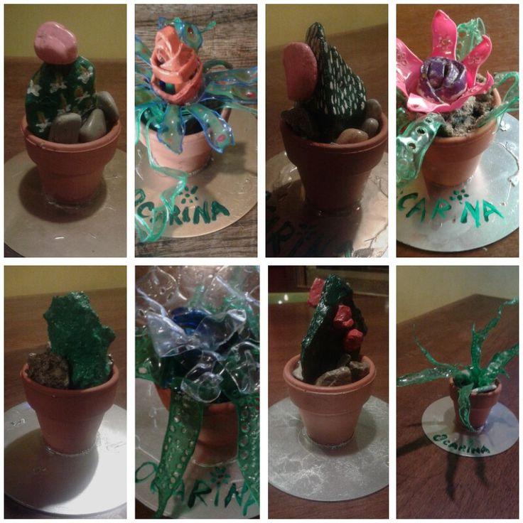 Vasetti con fiori finti in vari materiali di recupero. sandRArte - a noi piace riciclare