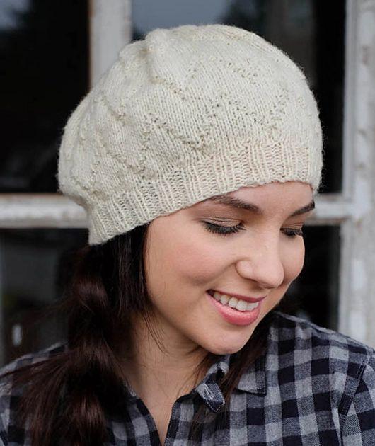 Симпатичная вязаная шапка от Jessie Roselyn выполняется спицами по кругу узором зигзаг.