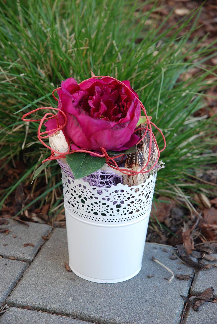 Voňavé pivoňky Celoroční dekorace, kterou můžete mít jak každou zvlášť, tak všechny dohromady. Záleží jen na Vaší fantazii. Dvě jsou v plechových květináčcích, jedna samostatně jako kytička do vázy. Ve všech je použitý umělý květ tmavě růžové(vínové) pivoňky, sušené plody, sušená růžová gypsophila a dekorační papírový drátek v červené barvě. ...