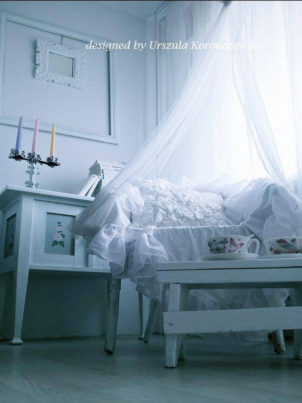 Komoda w stylu skandynawskim i wiklinowy fotel w koronkach. The cabinet in a Scandinavian style and the wicker chair in laces. Designed by Urszula Koronczewska