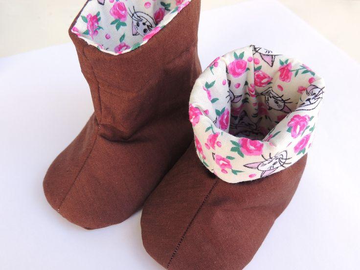 Sapato de bebê confeccionado em tecido 100% algodão, que não causa alergia e estruturado com manta resinada, que proporciona conforto para os pezinhos.  São ideais para esquentar os pés nos dias mais frios, mas não esquecendo a beleza e o conforto. Com esses sapatos seu bebê estará sempre na moda...