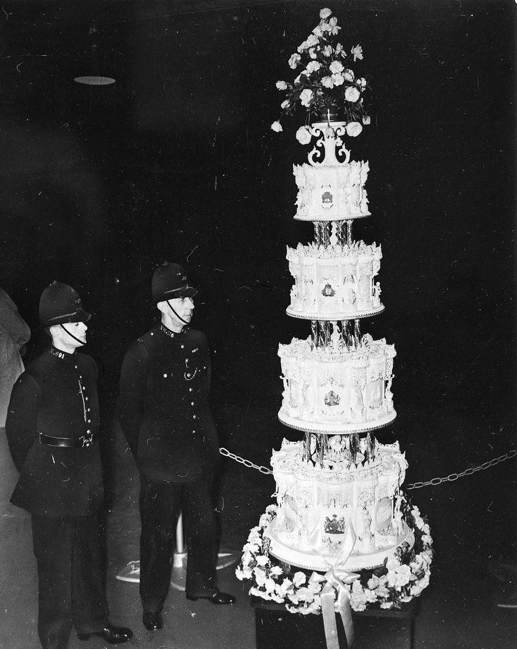 Queen Elizabeth's (9-foot) wedding cake, being guarded by London Constables, 1947 | photo AP
