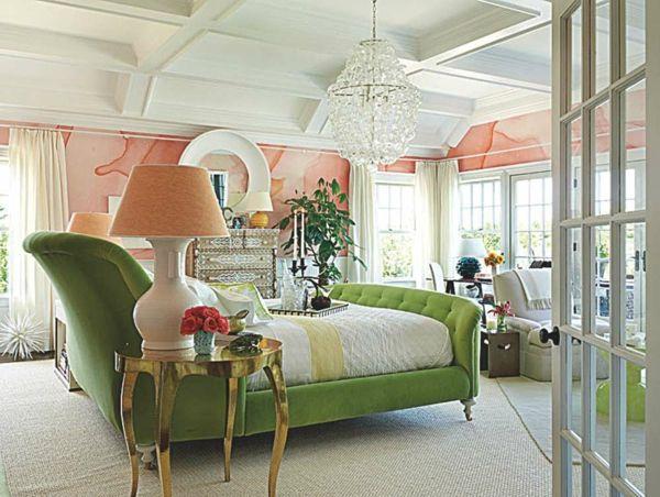 interior design mythen - korallenrot bemalte Wände und minzgrüne Ottomane