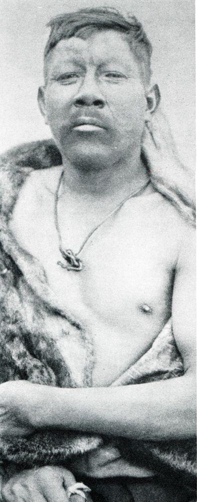 """Padre alacalufe con el cordón umbilical de su hijo recién nacido en el cuello. Fotografía de Martín Gusinde. 1920 aprox. En: """"Los indios de Tierra del Fuego: los Halakwulup"""""""". Martín Gusinde. Editorial C.A.E.A .1986."""