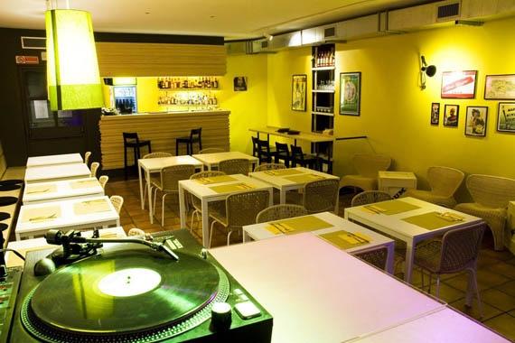 Ristorante giamaicano: Jamrock, ristorante che propone i sapori dell'autentica cucina giamaicana, cucina caraibica, cocktail tropicali e reggae music in generale. #urbis360 #rock #giamaica #cucina #roma #italia #ristoranti