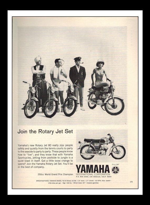 Publicité imprimée Vintage mars 1965 : Yamaha « Rejoindre la Jet-Set rotatif » moto mur Sexy Girl Art déco 8,5 « x 11 » pour la publicité imprimée
