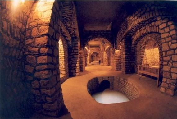 Ancient hydraulic system in Iran. Man how I LOVE underground cities.