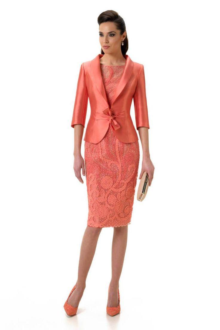 Modelo Guacer de la colección 2017. Vestido con carcasa color coral  con falda de  tul  bordado