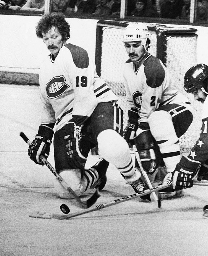Gaston Gingras, originaire de Temiscaming avait été repêché en 2e ronde, le 27e joueur au total, lors du repêchage amateur de 1979. Gingras a passé 4 saisons aux côtés des Robinson, Gainey, Lafleur et Shutt avant d'être échangé aux Maple Leafs de Toronto en 1982 contre un choix de 2e ronde qui allait devenir l'attaquant Benoit Brunet. C'est à son deuxième séjour avec le tricolore, en 1985-86, que Gaston Gingras a connu ses meilleurs moments en carrière. Il a endossé les no. 2 et 29 avec le…